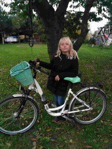 Dziewczynka i biały rower